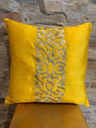 Cushion in yellow and gold